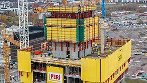 A belső liftaknák költséghatékony építéséhez a mag MAXIMO külső zsaluzata együtt kúszott az RCS sínes kúszórendszerrel. A sínnel vezetett kúszási folyamatnak köszönhetően a kúszóegységek mindenkor megbízhatóan kapcsolódtak a felépítményhez, így a kúszás még szeles körülmények között is gyors és biztonságos volt. (Fotó: PERI GmbH)