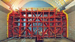 Lötschberg Tunnel, Mitholz, Svizzera - La cassaforma traslabile PERI per gallerie è stata realizzata per una sezione larga 15,74 m e alta 12,54 m. La prima fase del ciclo di costruzione prevedeva la realizzazione dei piedritti