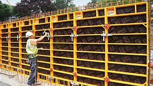Los paneles DOMINO son muy ligeros, pero aún así poseen gran capacidad de carga. El panel 250 x 100 de alumninio pesa solo 59 kg.