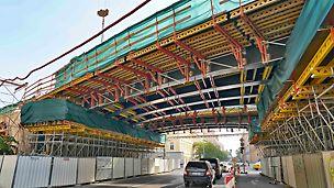 Rámový most ze systému lešení PERI UP Rosett a stavebnice pro inženýrské stavby VARIOKIT.