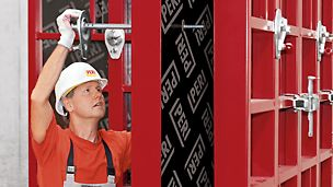Arbeiter montiert Rahmenschalung