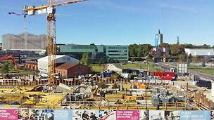 Keskustakirjasto rakentuu erittäin merkittävälle paikalle Helsingin ydinkeskustaan, Töölönlahden alueelle. Paikka on Töölönlahden  viimeisiä rakentamattomia tontteja.