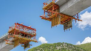 The left, right and centre sections of the bridge superstructure were sub-divided into 64 concreting sections and simultaneously realised using a total of four VBC Balanced Cantilever Carriages.