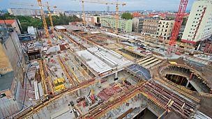Łączna powierzchnia obiektu wynosi 111 tys. m kw. Pomieści on 140 punktów handlowych i 1000 miejsc parkingowych.