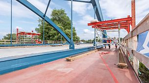 22 m lange und 3 m breite Gerüstplattform mit Brückenuntersicht