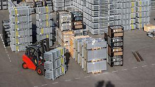 Für die Lagerung und den Transport der PERI UP Komponenten bieten die Transportbehälter das perfekte System. Kleinteile können in Gitterboxen mit Europalettenformat gelagert werden. Lange Teile wie Bodenbeläge oder Vertikalstiele sind in Rungenpaletten sichter aufgehoben.