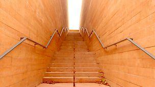 Założeniem architekta jest zachowanie charakteru XIX-wiecznych kazamatów oraz podkreślenie surowego klimatu radzieckich więzień i wtopienie muzeum w otoczenie. Taką rolę pełni beton barwiony w masie w kolorze cegły, formowany w deskowaniach o poszyciu tradycyjnym.