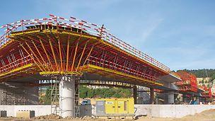 Schleusenbrücke Lanaye, Belgien - Im komplexen Bereich mit dem äußerst engen Außenradius werden die konzentrierten Lasten der radial angeordneten Kragarmkonsolen mittels Druckabstützung in den vorhandenen Brückenpfeiler eingeleitet.