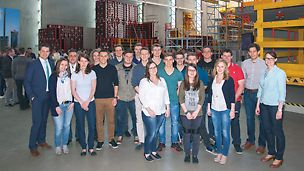 Gruppenfoto der Absolventen vom Jahr 2015 bei PERI Weißenhorn zusammen mit dem Dr. Fabian Kracht, Geschäftsführer Finanzen und Organisation der PERI GmbH
