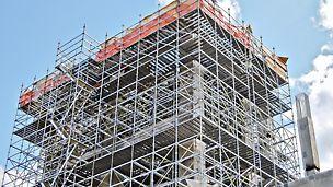 """Комплекс """"Тобольск-Полимер"""" насчитывает порядка 40 объектов общезаводского хозяйства. Компания PERI за короткий срок поставила на объект более 230 тонн универсальных строительных лесов PERI UP Flex с настилами UDI."""