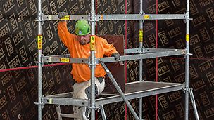 Der Durchstiegbelag erleichtert das Wechseln der Arbeitsebene für den Gerüstnutzer.