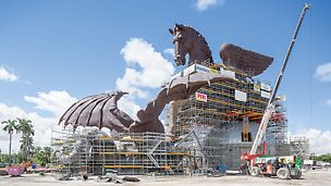 Pegasus Sculpture, USA - The 33 m high and 60 m long sculpture ensemble, featuring Pegasus and a dragon, was realised in a larger than life size. With the help of the PERI UP solution, more than 1,000 bronze castings could be assembled and welded on site.