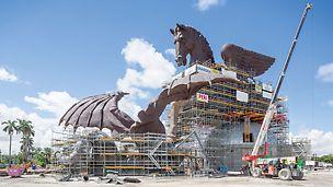 Socha Pegasa: Sochařské dílo 33 m vysoké a 60 m dlouhé s Pegasem a drakem bylo zhotoveno v nadživotní velikosti. S pomocí řešení s lešením PERI UP mohlo být přímo na místě spojeno a svařeno přes 1 000 bronzových dílů.