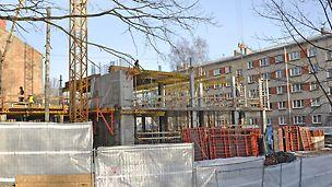 Katrīnas ielā - Objektā izmantoti Latvijā visplašāk pielietotie veidņu risinājumi - DOMINO vieglo veidņu paneļi pamata plātnes betonēšanai, pagrabstāva sienas 4 ciklos iebetonētas ar 2.70 m augstiem TRIO veidņiem.