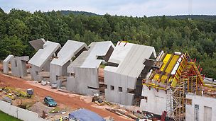 Koncepcja budynku oparta jest na idei stopniowej deformacji i rozpadu tradycyjnej wiejskiej chaty.
