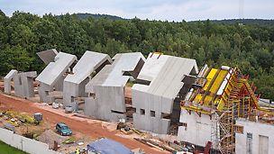 Muzeum vyhlazení polské vesnice Michnióv, Polsko: Muzeum představuje tradiční vesnickou chalupu, která se postupně rozpadá. Tuto stavbu charakterizují četná vyosení a šikmé plochy stejně jako výrazná struktura dřeva hotového povrchu pohledového betonu. Kombinace systémů bednění a lešení vytvořená přesně na míru složité architektuře minimalizovala nasazení atipických dílů.
