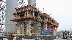 Widok podparcia przygotowanej do betonowania górnej płyty maszynowni.