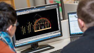 Δύο μηχανικοί που σχεδιάζουν μια σήραγγα σε τρισδιάστατη απεικόνιση.