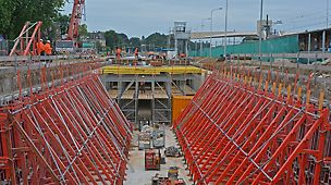 De hulpconstructies voor de gehele tunnel, van vloer tot dek, zijn met behulp van PERI systemen gemaakt.