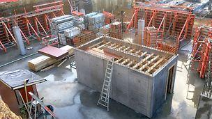Les voiles du noyau d'escalier ont été coulés avec MAXIMO pour une belle surface en béton présentant une trame de joints et d'ancrages.