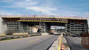 Alargamento da A1 - Lanço Feira/IC24, Santa Maria da Feira - Aspecto geral da cofragem e cimbre de uma passagem superior.