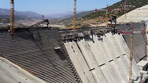 Gravity dam Barrage Koudiat Acerdoune, Algeria - The 57° inclined run-off channel bottom plate and intermediate walls were constructed with concreting cycle heights of 2.40 m.