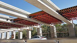 יציקת גשר פרגולות, עבור רכבת ישראל, מעל כביש פעיל.