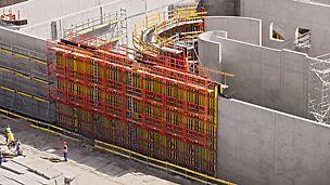 Stația de epurare Czajka, Varșovia, Polonia - Echipați cu platforme complete, atât pereții drepți cât și cei circulari au fost executați cu VARIO și RUNDFLEX în condiții de siguranță și rapid. Schela de lucru PERI UP pentru operațiunile de armare și turnul de acces cu trepte au completat ideal conceptul dezvoltat de PERI.