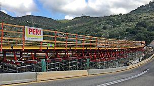 תבנית ומגדלים לתמיכת גשר יצוק באתר