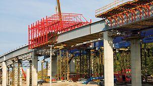 Brücke Tošanovice-Žukov, Ostrava, Tschechien - Der VARIOKIT Stahlverbundwagen besteht aus drei Hauptkomponenten, den Schalungseinheiten, den Querscheiben und den beiden Längsfachwerken.