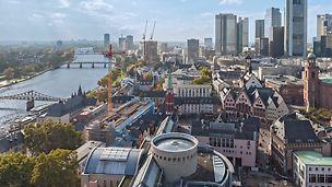 Foto von der Baustelle am Frankfurter Römer sowie einen Teil der Stadt und vom Main aus der Vogelperspektive.