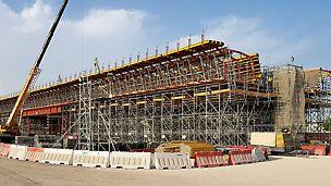Der Bau der Al Bustan Street South stellt einen von vier Teilen des Infrastrukturprojekts Sabah Al Ahmad Corridor dar und umfasst Brücken mit einer Gesamtlänge von mehr als 10 km.