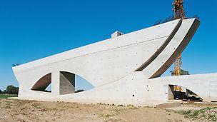Most preko kanala rijeke Labe, sjecište vodenih puteva Magdeburg, Njemačka - 17 monumentalnih stupova ovog priobalnog mosta odlikuju se definiranim sidrenim pozicijama, osjenčanim fugama, jasno definiranim otvorima i geometrijom u obliku pramca broda. I ovdje se na gradilištu primjenjivala VARIO GT 24 zidna oplata koja je omogućila izvedbu izvanrednih betonskih površina.