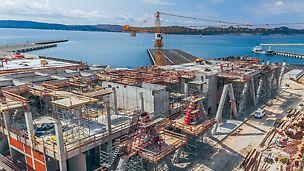 Auf einer Gesamtfläche von 25.000m² entstand im Zuge der Baumaßnahmen ein zweistöckiges Passagier- und Fährterminal.
