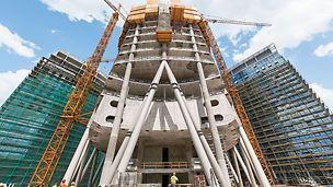 """Spire Varšava: S výškou 220 m bude kancelářská budova """"Spire Varšava"""" po donkončení nejvyšší kancelářskou budovou v Polsku. Ze stran je krytá dvěma 55 m budovami."""