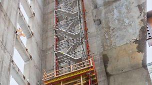 4-geschossiger Treppenturm auf einer Kletterkonsole. Vom Boden unabhängiger Bauwerkszugang während der Rohbauphase.