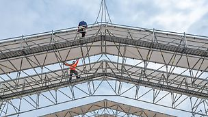 The roof segments can be pre-assembled on the ground, subsequently they are lifted by crane to their final position.