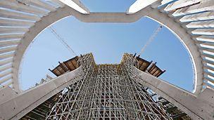 Tempel der göttlichen Vorsehung, Warschau, Polen - Mithilfe des modularen PERI UP Rosett Gerüstsystems wurde ein 24 Meter hohes Traggerüst am Haupteingang der Tempelanlage errichtet. Selbst bei großen Höhen lassen sich bis zu 40 kN pro Stiel sicher ableiten.