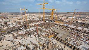 Terminál Midfield: Komplex terminálu Midfield je úžasnou stavbou: pro dodržení krátkého termínu výstavby naplánovala a dodala firma PERI systémy bednění a lešení a přesvědčila svými kompetentními službami a rychlou dodávkou velkého množství materiálu.