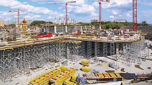 Bei der Herstellung der massiven Stahlbetondecke unterhalb des Spielfelds unterstützten die PERI Ingenieure die MULTIFLEX Träger-Deckenschalungslösung mit knapp 8 m hohen PERI UP Lasttürmen.