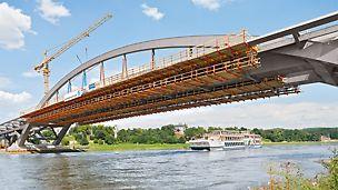 Waldschlösschenbrücke, Dresden, Deutschland - Zwei Stahlbögen mit einer Spannweite von 148 m tragen den Mittelteil der Waldschlösschenbrücke 26 m über der Elbe.