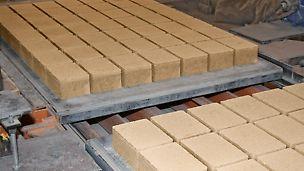 Robuste und langlebige Unterlagsplatten sind für die Betonsteinherstellung essentiell.