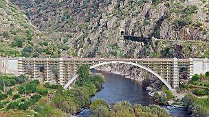 Sanacija mosta Ponte Rio Tua, Vila Real, Portugal - za sanaciju lučnog mosta iz 1940. godine izvedena je konstrukcija skele na bazi PERI UP modularne skele.