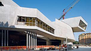 Národní muzeum umění XXI. stol. MAXXI: Stavba je charakteristická mnohými různě zakřivenými železobetonovými stěnami vysokými místy až 14 m.