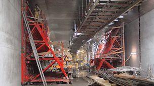 PERI Stützbockkonstruktion zur Ableitung der Kräfte beim einhäuptigen Betonieren mit Ankern des Systems DW 26 auf der Baustelle des Audi Tunnels in Ingolstadt.