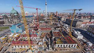 """Městský zámek """"Humboldt-Forum"""", Berlín: Pro rekonstrukci berlínského městského zámku dodala PERI hospodárné řešení bednění a lešení od jednoho dodavatele. Kromě rychlého obedňování a přemísťování se postarala především projektová podpora techniky PERI přímo na stavbě o dodržení napjatého časového harmonogramu."""
