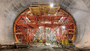 """Proširenje podzemne željeznice Alger - alžirska podzemna željeznička postaja """"Place des Martyrs"""" ukupne je dužine 144 m i zbog svoje širine 23 m i visine 14,80 m odlikuje se rekordnim dimenzijama."""