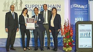 "PERI recently received the prestigious ""Supply Chain Management Award 2016"" for a new logistics concept. On behalf of the international team, Ramona Held and Dr. Bernd Rosenkranz (centre) accepted the award from jury members Dr. Petra Seebauer (right) and Harald Geimer (left) along with the previous year's winner and  laudator, Johannes Giloth. (Photo: André Baschlakow/EUROEXPO)"