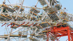 Upotrebom visećih PERI UP radnih platformi omogućena je bezbedna montaža spektakularne krovne konstrukcije stadiona u Singapuru.