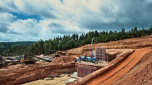 Les machines de concassage ont été déplacées pour pouvoir récupérer la terre présente à cet endroit.
